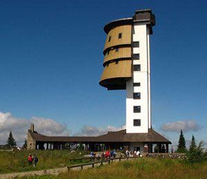 Rozhledna Poledník na Šumavě u obce Prášily (nedaleko Železné Rudy). - - -  Původní radarová stanice, byla přebudována na rozhlednu a v roce 1998 otevřena veřejnosti. Vedle rozhledny stojí stánek s občerstvením. Architektonicky zajímavá rozhledna je vysoká 37 metrů. Za kruhovým výhledem do okolí musíte vystoupat 227 schodů. Spatříte Bavorský les, vrcholy Šumavy a při mimořádně příznivé viditelnosti lze i více než 180 km vzdálené Alpy. v provozu květen - říjen denně 10-16 (17) hod.