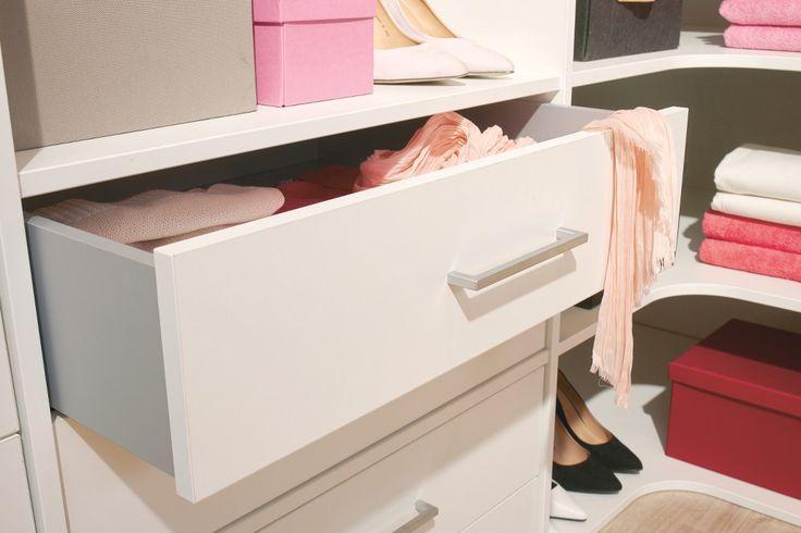 Plats för förvaring av skor är en eftertraktad egenskap i garderober. Givetvis finns det lösningar för detta i den måttbeställda garderobsinredningen.