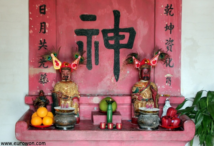 Altar dedicado a las deidades Man Cheong y Kwan Tai. Hong Kong.
