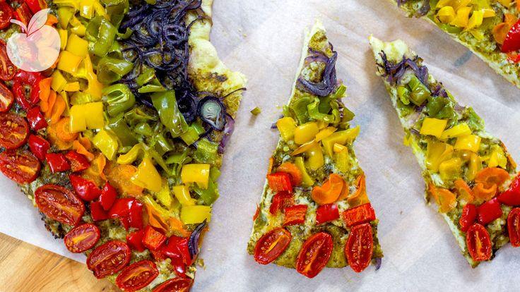 Una meravigliosa pizza con i colori dell'arcobaleno, cosa volere di più? Ecco come prepararla in poche e semplici mosse.