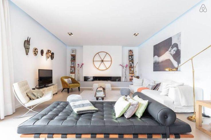 Salon blanc design. Chauffeuse et Day bed Barcelona de Mies van der Rohe édités par Knoll