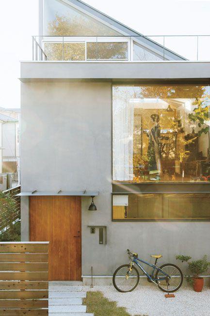 〈THE SELF-MADE MODERNIST〉1日のほとんどの時間を過ごすというアトリエ、そして家中に床から天井まである大きな窓を設け、できるだけ太陽の光を取り入れるようにしている。