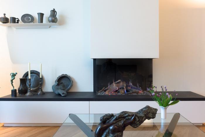 Moderne inbouw haard op een op maat gemaakt plateau met lades   Profires partner Jos Harm · inspiratie voor sfeerverwarming