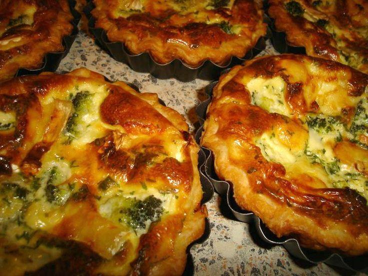 Recept voor 5 mini broccoli taartjes (quiches) van 12 cm doorsnede. Ze waren echt héérlijk! Bekleed je ingevette vormpjes met bladerdeeg. Kook de broccolistronkjes in water (met wat zout) en laat het zeer goed ui