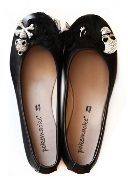 """Ballerina nera con """"teschio"""".  Le ballerine sono disponibili nei numeri dal 36 al 41, nelle varianti di colore blu,nero,camel e grigio/taupe. Prezzo: 149,00 Euro"""