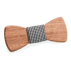 Noeud papillon en bois de cèdre, délicieusement habillé de son tissu pied de poule. Moderne et vintage de part le tissu pied de poule qui l'habille, il redonne vie à ces célèbres motifs d'origine anglaise et unanimement adoptés par les modeux Parisiens d'hier et d'aujourd'hui. Il ravira à merveille les amateurs de jolis accessoires de mode. #noeud papillon #madeinfrance #bois #woodenbowtie #wood #fashion #mode #homme #men