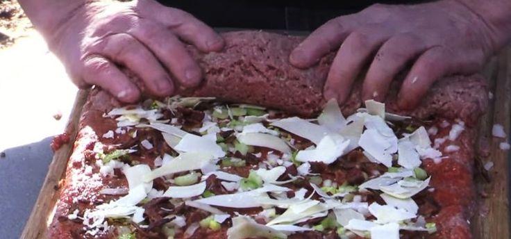 Megtöltötte és felgöngyölte a darált húst. Ilyen különleges ételt még biztos nem…