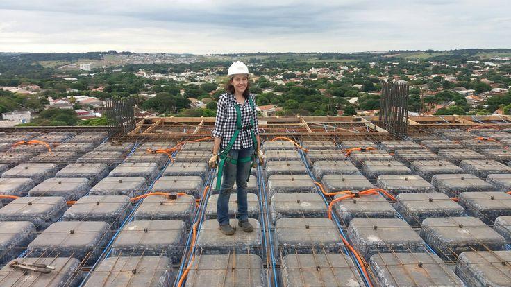 Eng. Camila. Supervisionando obra em lajes protendidas com protensão não aderente. Edifício Meridien.