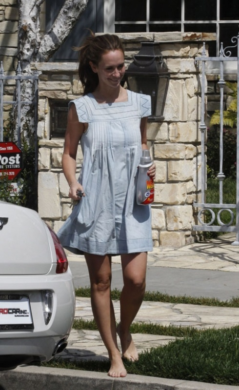 I think this dress looks cute on her even though it hides her tiny waist. Jennifer Love Hewitt