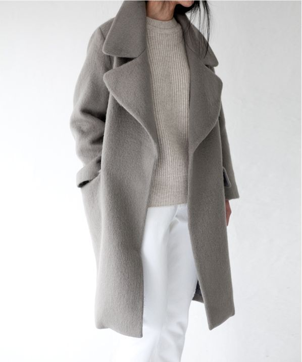 White is also for winter. Look at this amazing outfit, white trousers, gray sweater and gray coat. Minimalist fashion look for winter.