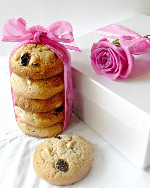 Biscotti con farina di castagne uvetta pinoli e cioccolato