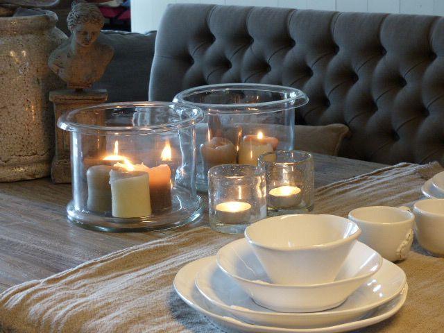 Kaarsjes aan maakt sfeer in een glazen stolp. Gebruik verschillende kleuren kaarsen en verschiilende hoogtes en druipen maar!