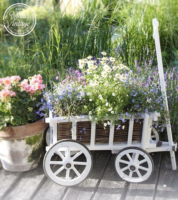 Vintage Garten – Bollerwagen mit Blumen bepflanzen