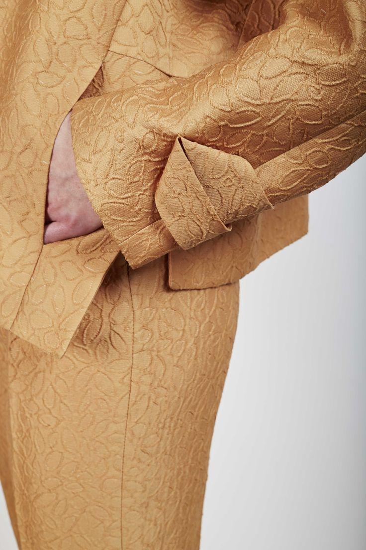 a.guery - Ensemble veste -pantalon en jacquard soie et polyester tissé en France - Photographie Stéphane Ruchaud