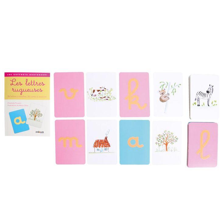 Créé par une éducatrice Montessori, ce coffret d'activités propose 2 jeux de cartes pour découvrir les lettres de manière sensorielle : 26 lettres rugueuses stimulent le toucher, la vue et le mouvement. 26 cartes avec des illustrations à associer aux sons des lettres. Le livret présente les principes de la pédagogie et des idées d'activités. Carton. Dim. 15 x 10 cm. Dès 3 ans.