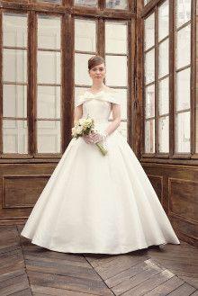 肩付・オフショルダーの正統派クラシカルウェディングドレス Cinderella & Co. ~Wedding Dress Shop~
