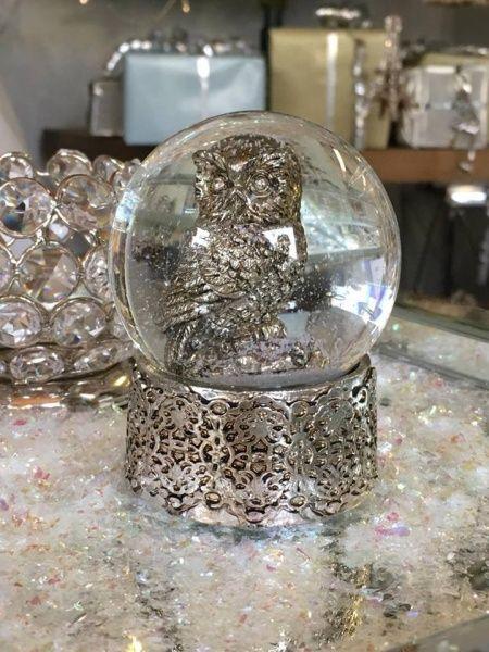 Vakker snøkule i glass og sølvfarget polyresin fra lene Bjerres populære Serafina-serie Høyde 8,5cm Diameter 6,5cm