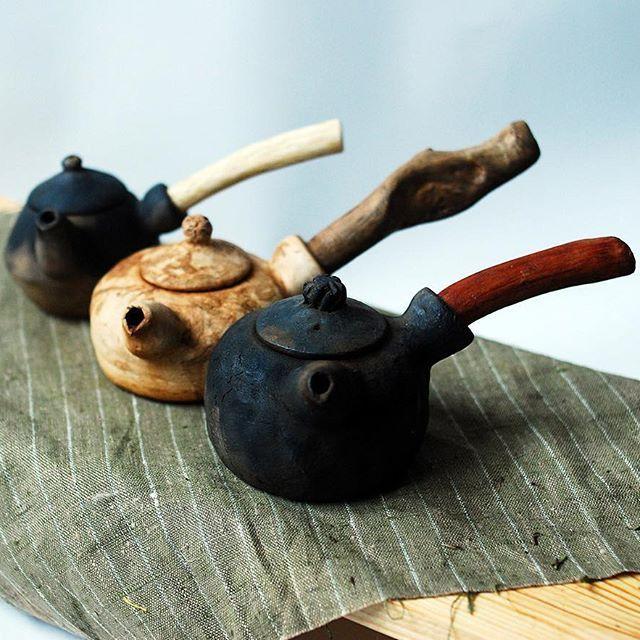 Мне очень нравится идея чайника со вставной ручкой! Керамика по сути своей нетленна,  тогда как деревянная ручка может обветшать. Ее можно заменить на корягу, ручку из дорогих пород или на любую палку, подходящую по диаметру. Тем самым преображая чайник, задавать настроение. Но дам совет быть аккуратным, вставлять новую ручку стоит без усилий, не вращать ее, встречая сопротивление. Были случаи, можно сломать чайник) #tea #teabowl #teaware #teaceramic #teaceremony #gongfucha #clay #chawan…