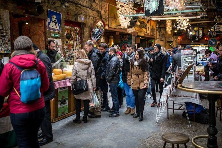 Tarts velünk egy képzeletbeli sétán, és less bele öt különleges budapesti piac forgatagába, ahol a hazai őstermelő portékájától kezdve a magyar dizájnerek termékeiig mindent megtalálsz, ami szem-szájnak ingere!    Felkészültél? Indulhatunk? Akkor csapj a tenyerünkbe, piacra fel! Szimpla Vasárnap – Felejthetetlen ...