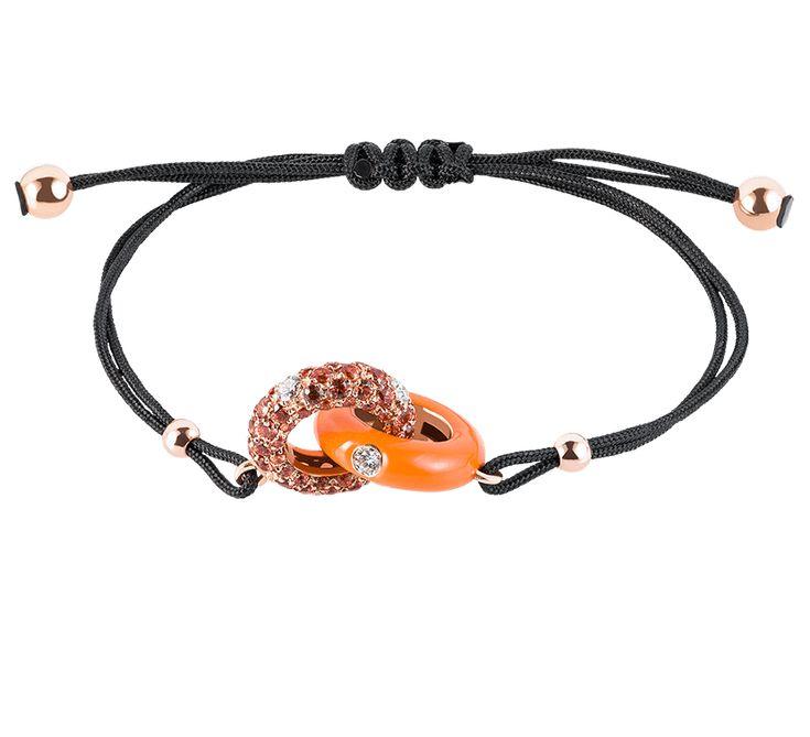 Яркое изделие, которое продемонстрирует Ваш модный стиль. Необычный дизайн браслета нравится с первого взгляда. Украшение из золота с бриллиантами напоминают символ бесконечности. Это браслет, который приносит удачу.