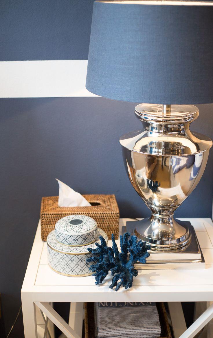 Nachttisch in weiß, maritim in dunkelblau dekoriert. # ...