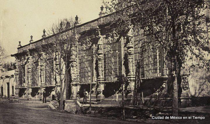 La casa de los mascarones es una edificio colonial de la for Hacienda los azulejos