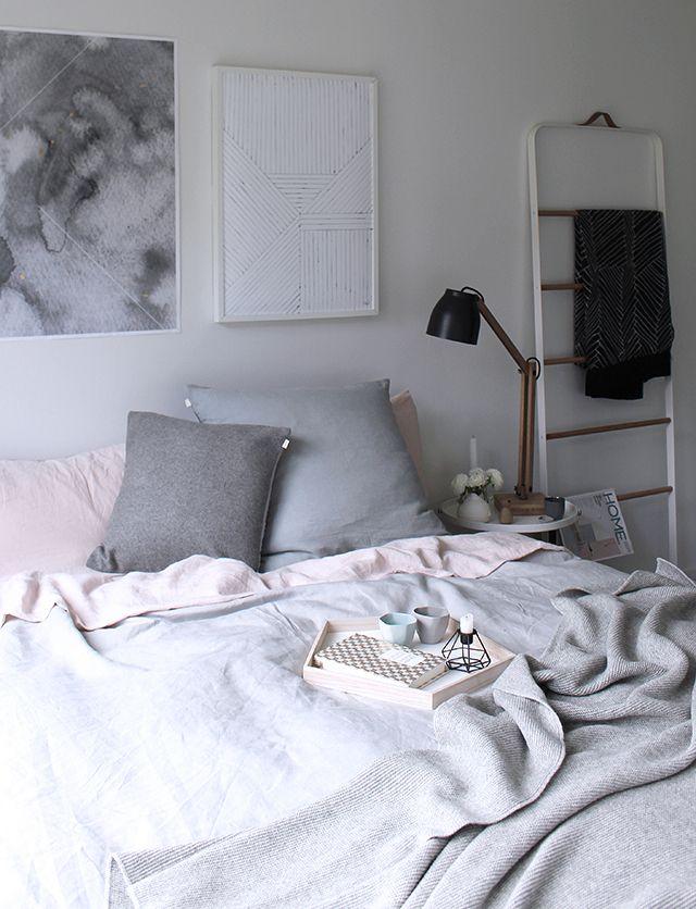 Escada para roupas de uso diário e quarto minimalista.