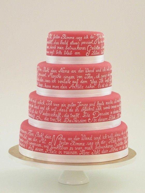 Statt Blumen oder Figuren schmückt diese rot-weiße #Hochzeitstorte ein Gedicht | von www.madamemiammiam.de