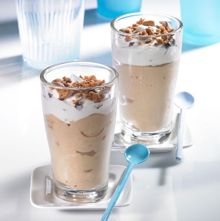 Paradiesisches Latte-Macchiato-Eis - Sahnig-cremiges Eis mit feiner Kaffee-Note und Amarettini