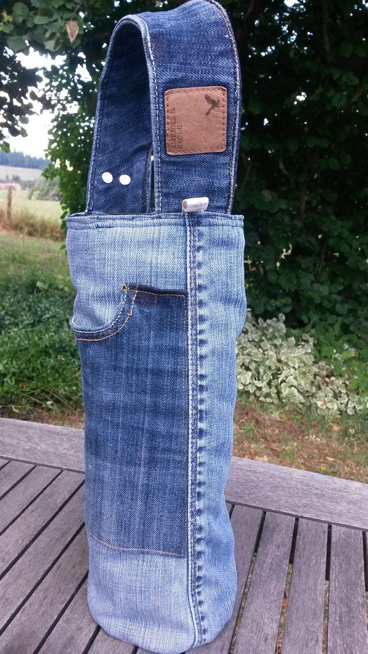 La jambe d'un jean, une poche et un bout de ceinture d'un autre = un sac à bouteille!