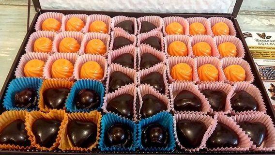 Chocolat Garden'dan muhteşem portakallı limonlu tarçınlı ve %85 extra fine bitter çikolata bademli krokanlı taze hediyelik Çikolata İstanbul. Tam aradığınız taze, lüks ve eşsiz lezzet ve çok şık.