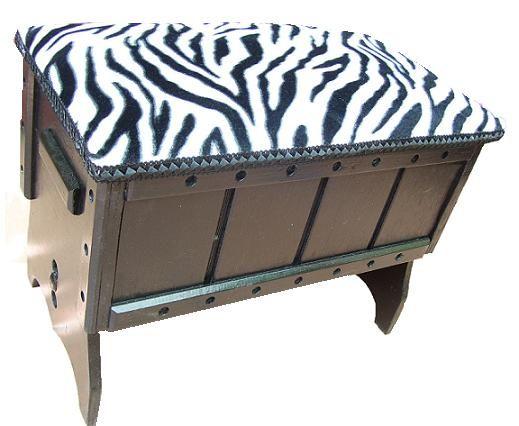 CLAF - Banca Baul Animal Print (COD 538 - Banca Baul) Fabricada en madera terciada lisa, pintada color negro, barnizada. Tapiz acolchado diseño animal print Medidas: - Largo: 46 cm - Ancho: 27 cm - Alto: 32 cm Precio: $ 12.000 www.claf.cl