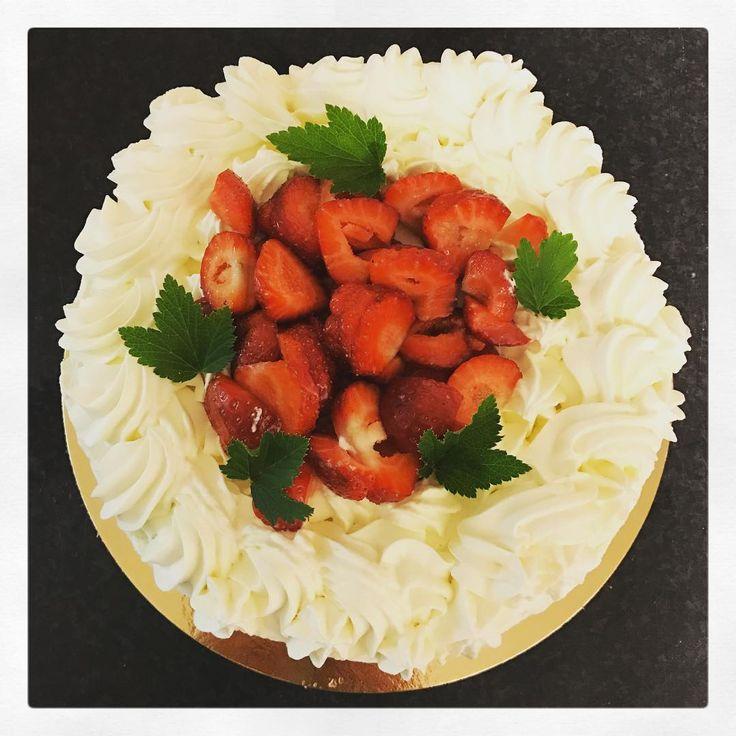 """117 gilla-markeringar, 1 kommentarer - Evelinas kök (@evelinaskok) på Instagram: """"Finns fortfarande bröd, mackor och gofika kvar. Öppet en stund extra, så skynda..."""""""