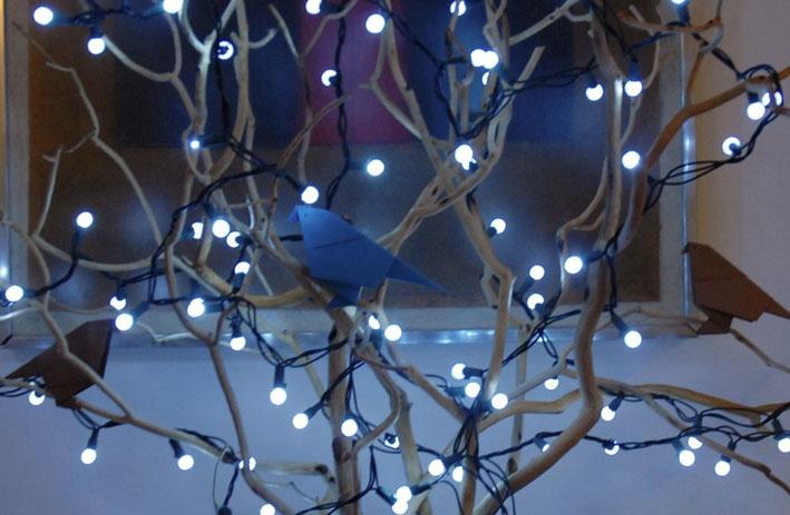 Rbol de ramas secas con p jaros de origami y luces a la entrada de la fiesta de twitsgiving - Luces arbol de navidad ...