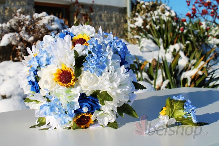 Svatební kytice v neobvyklé kombinaci barev. Modro-žlutá svatební kytice. Umělá svatební kytice. Šeřík, slunečnice, růže...