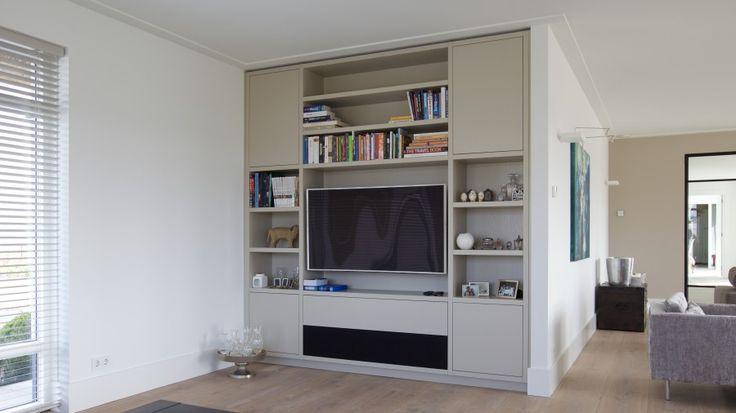 Op maat gemaakt tv-meubel, voorzien van dive rse open vakken