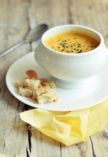 Zuppa di patate dolci speziata - Ricette vegetariane veloci - Ingredienti 3 patate americane 150 ml latte di cocco un cucchiaio di curry verde la buccia di un limone e il suo succo sale qualche seme di sesamo o nigella pane per accompagnare...