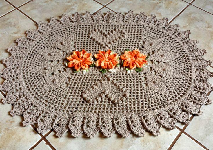Lindo Tapete Oval confeccionado em crochê, barbante nº 06 na cor café com leite. Flor Mosquitinho de Bico feita no barbante barroco laranja. <br> <br>Pode ser feito em diversas cores e tamanhos.