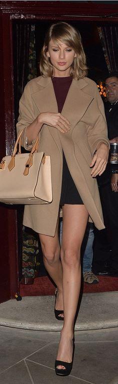 Who made Taylor Swift's tan tote handbag and black platform pumps?