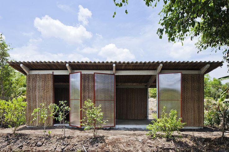 Construído pelo Vo Trong Nghia Architects na tp. Tân An,  na data 2014. Imagens do Hiroyuki Oki. As pessoas de Mekong Delta, com um salário de menos de 100 euros ao mês, vivem principalmente em casas temporárias. I...