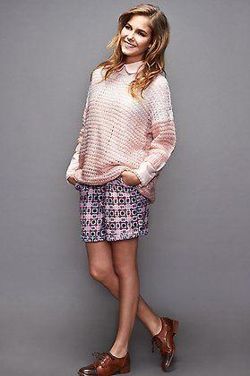 Natalia Sánchez con jersey rosa pastel de @ONLYjeans, shorts de Azura, camisa @klingloves y zapatos @pikolinos.