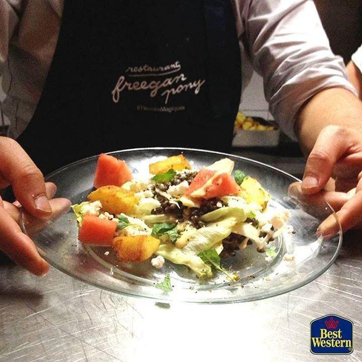 Au Freegan Pony on cuisine les invendus de Rungis le plus grand #marché de produits frais du monde. Un restaurant malin... et #citoyen ! --- #BestWestern #BestRegards #FreeganPony #restaurant #alternatif #bio #Paris #Vilette #légumes #récup #sharing #we