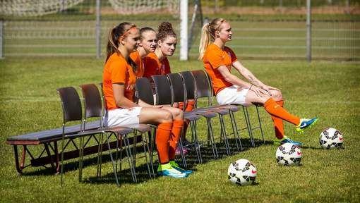 Vivianne Miedema traint met pijnstillers - AD.nl 02-06-15 Terwijl de Oranjevrouwen maandagavond aankwamen in een zonnig Edmonton, werd de eerste training dinsdag in de speelstad afgewerkt onder een grauw wolkendek.