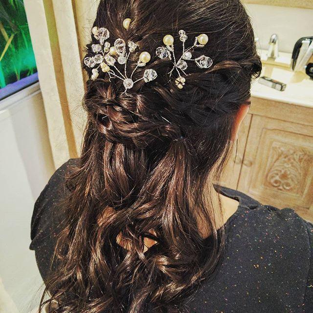 •Novias•   Jesica eligió Ondas playeras con trenza de dos cabos descontracturado con tocado individual de perlas.  Consulta nuestras promos a Info@adelaidamercado.com.ar   #brides #novias #novia #hairstyle #accesorios #tocado #handmade #peinado #peinadosnovias #wedding #ceremonia