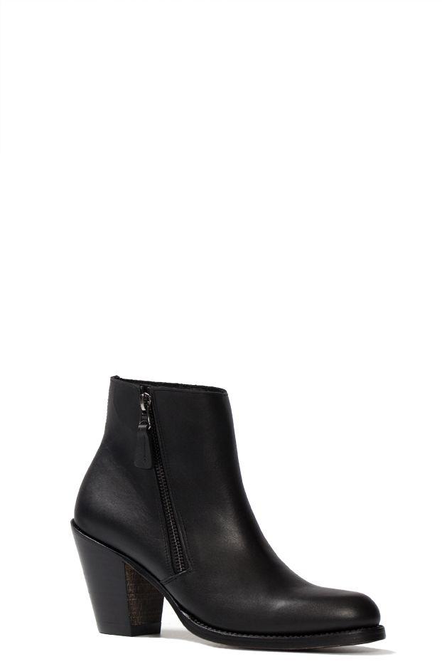 De Cloe Negro is een stoer enkellaarsje en is uniek doordat de ritssluiting aan de buitenkant van de schoen zit. Het soepele leer en de robuuste hak zorgen voor een eigentijdse uitstraling. Door de korte schacht is het enkellaarsje ideaal te combineren met een jeans. Het voetbed in het laarsje zorgt voor een optimaal draagcomfort de gehele dag. #Bootsandwoods