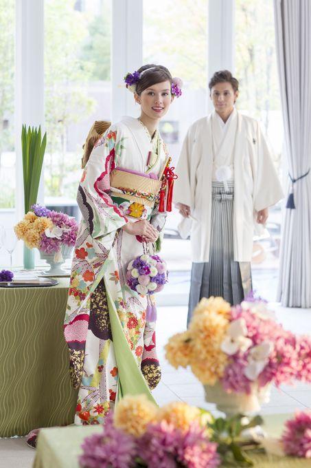 男性も一緒に着物を来て、お花に囲まれた空間演出も♪ ♡結納フォトの写真アイデア一覧♡