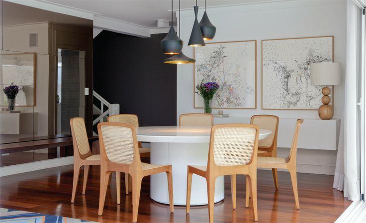 Cadeiras Bossa de madeira com mesa branca.