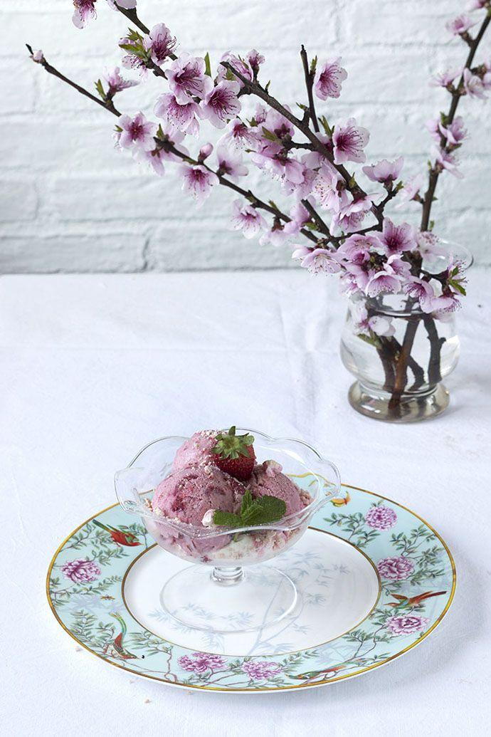Helado de fresas asadas y merengue | Claudia&Julia