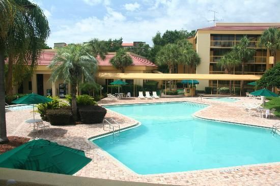 La Quinta Inn Orlando International Drive: The pool area, with the main pool, children's wading pool, and spa.