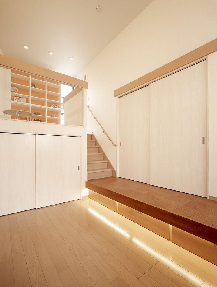 子供達がのびのび過ごせるように、セカンドリビングを新たに設けました。勉強、ピアノ演奏、読書、遊び、そして収納と多目的に活用できるリビングです。奥には天井高を活かして、上は遊び場としてのロフト階、下はおもちゃや本などを収納する納戸を造りました。壁面には引戸で隠した大型本棚と、一段高い廊下部分にリビングのベンチを兼ねた引き出しを造作。奥行きのある「箱」なのでたくさん物が入ります。ロフトの本棚のビビッドなオレンジ色にエネルギーをもらって子供達も元気いっぱい!吹き抜けのハイサイドライトやサーキュレーターがのびやかな空間演出に一役買っています。 #リノベーション #リフォーム #住まい #インテリア #インテリアコーディネート #インテリアデザイン